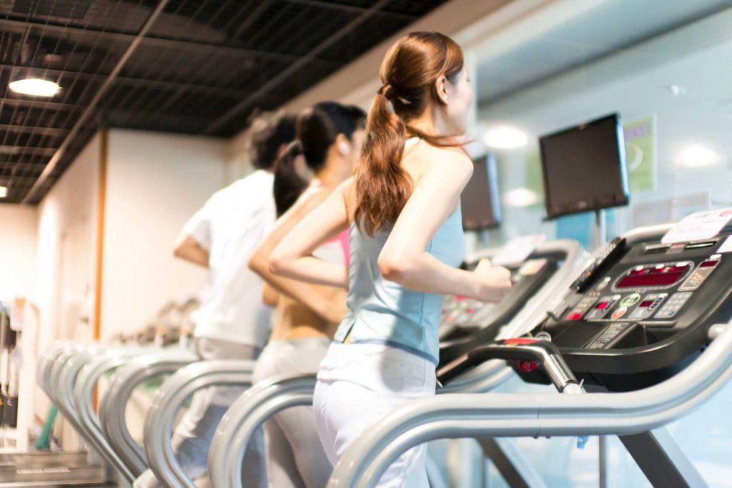 ランニングマシンで走る女性達