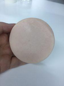 ピンク色の丸い石鹸