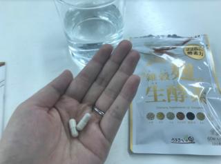 雑穀麹の生酵素を手の平に2粒出してみた
