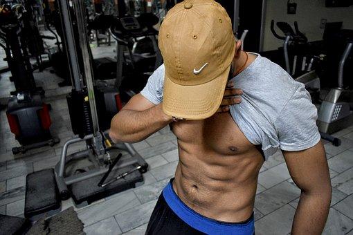 金剛筋シャツで鍛えた男性の腹筋