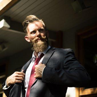 金剛筋シャツを服の下に着たビジネスマン
