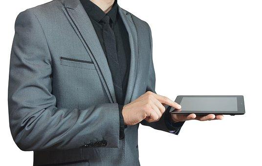 金剛筋シャツをインナーとして着ている男性