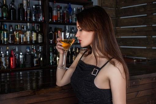 バーカウンターで飲む女性