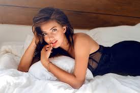 ベッドに寝ている女性