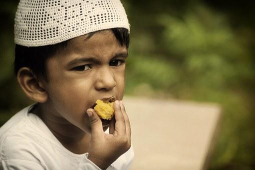 食べ物をかじる人の写真