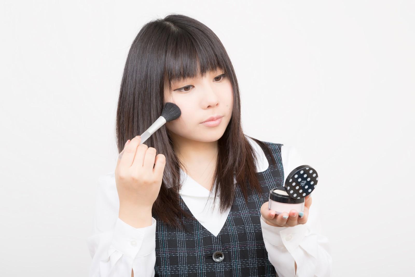 テアテ化粧水_化粧をする女性イメージ