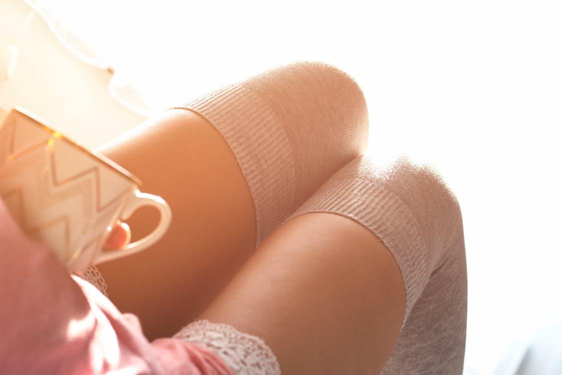 ミニスカートの脚