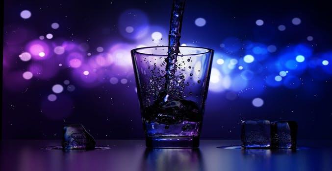 パープルチュアビーを飲む前にグラスに水を入れよう