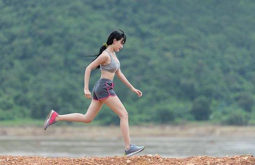 有酸素運動ランニングする女性