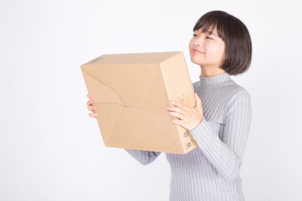 バンバンビー_商品が届いて喜ぶ女性