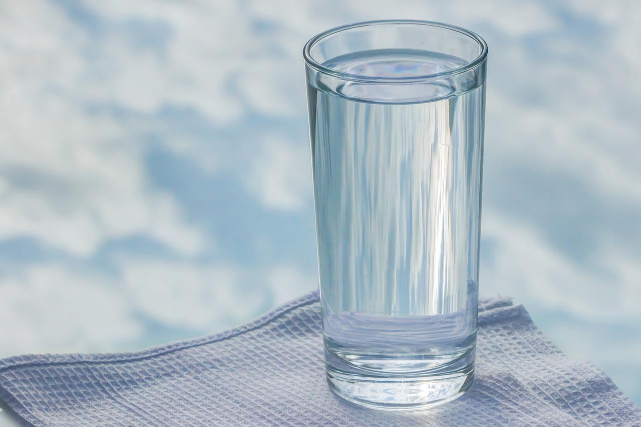 サプリ飲むためのコップと水