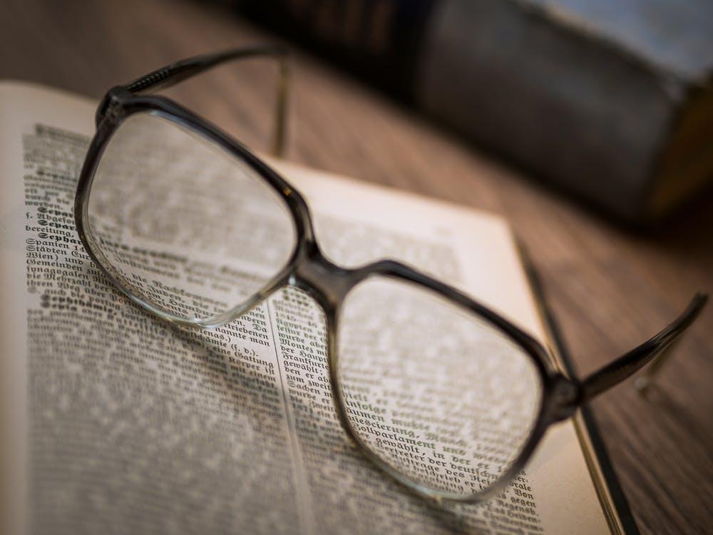 メガネと新聞