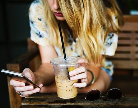 カフェ_携帯見る女性