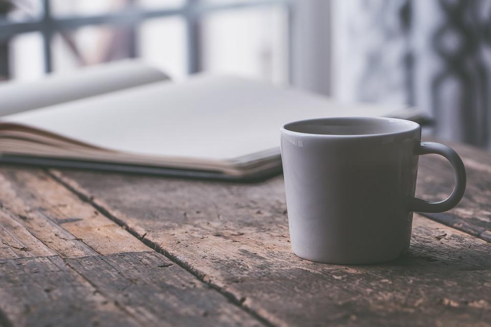 朝のイメージ・コーヒーと本
