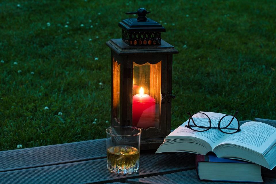 ランタンと本、夜のイメージ