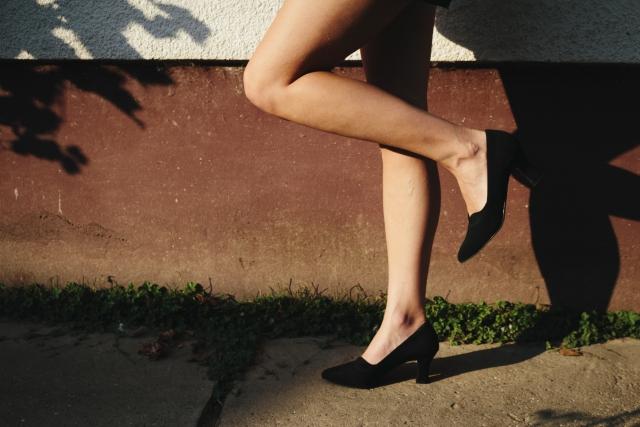 黒いヒール 脚