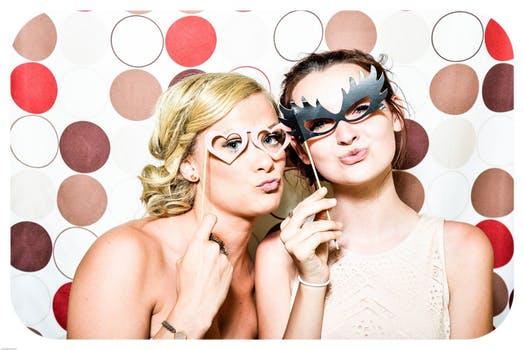 ハートのサングラスやメガネをかけた若い女性2人