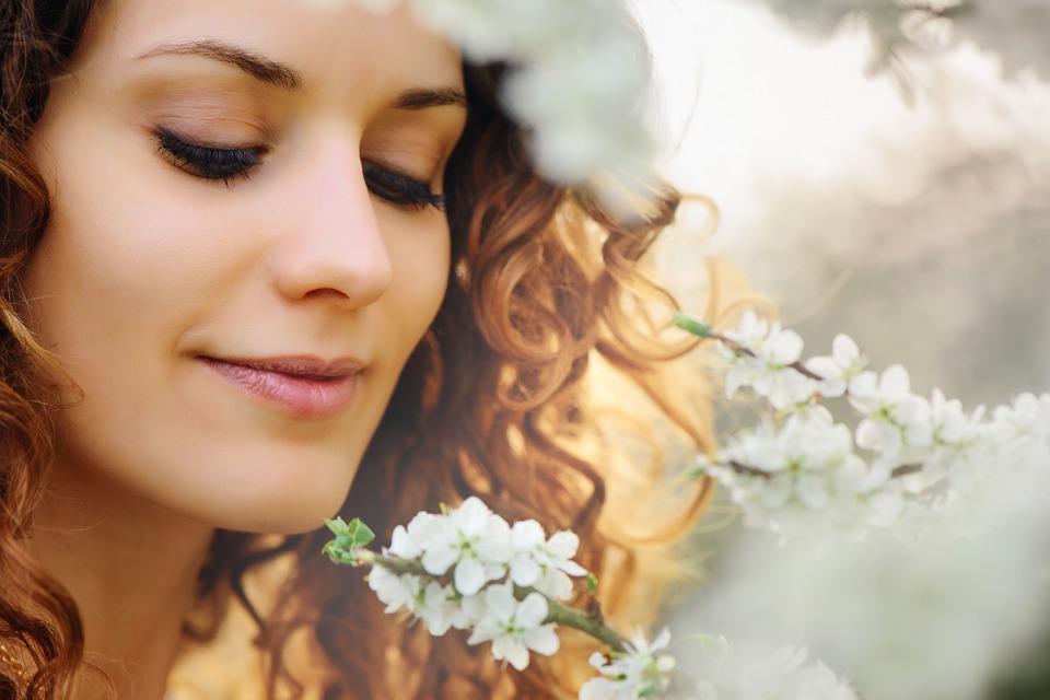 美しい女性と植物