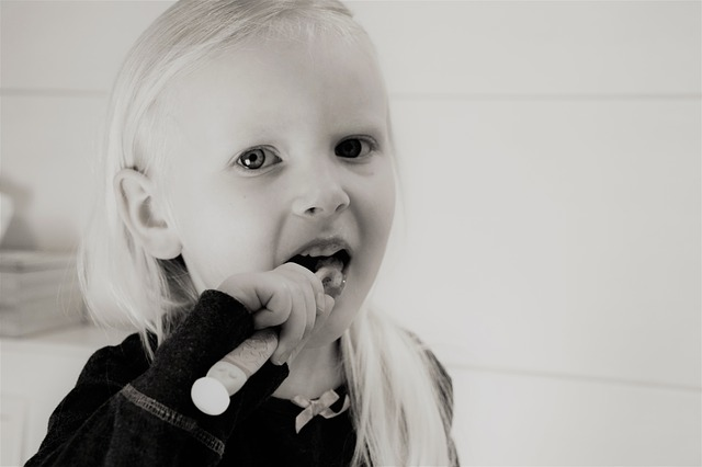 女の子 歯みがきなう