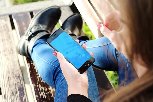iPhone6を触る女性