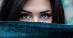 口元を隠す女性の顔