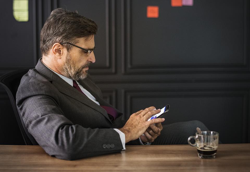 男性実業家とコーヒー