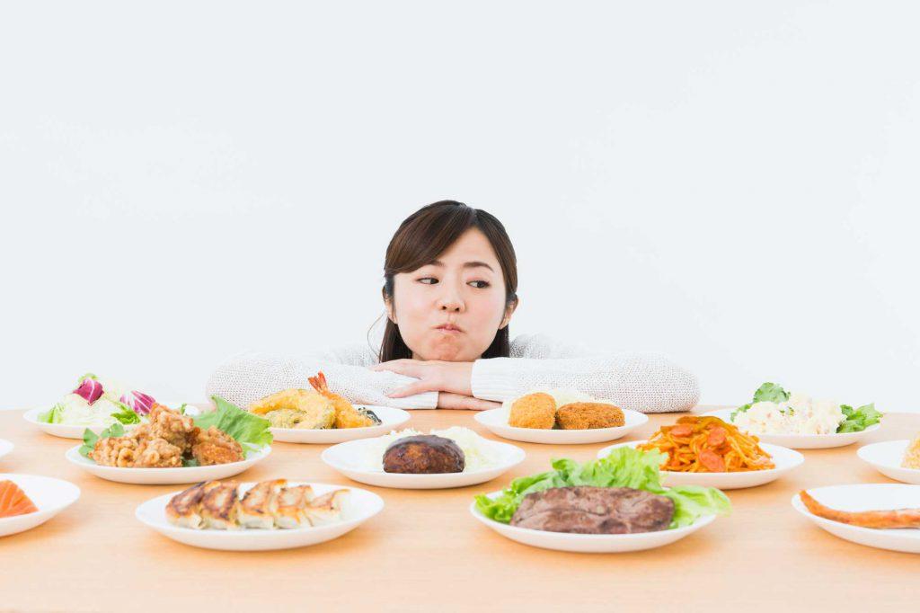 食べ物を見る女性