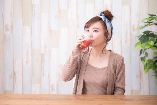 飲料を飲む女性
