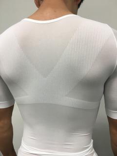 金剛筋シャツで発達した広背筋の写真