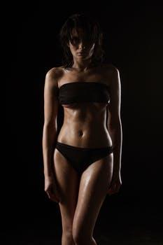 黒い水着をきた女性