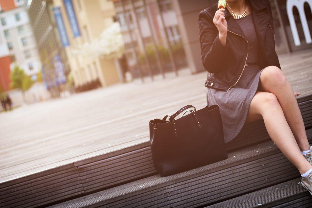 スーツの美脚女性