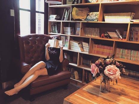 本を読む黒いドレスの女性