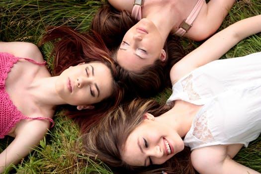鍛神を飲む前の3人の女性