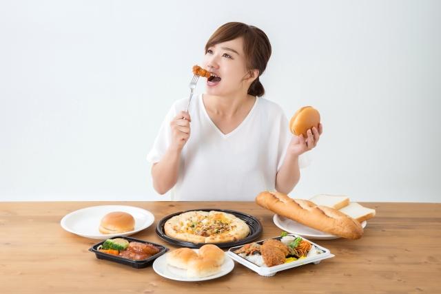 ジャンクフードを食べる女性