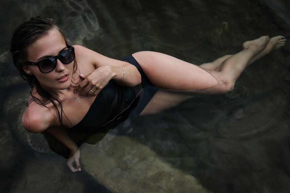 水に滴る女性