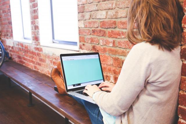 リミテクゼット_PCを操作している女性