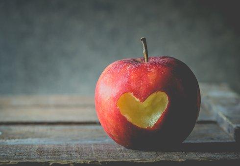 リンゴにハートの写真