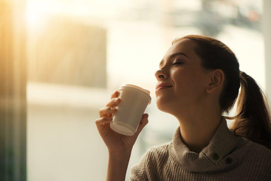 朝・ドリンクを飲む女性