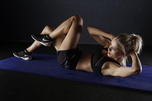 腹筋トレーニングする女性
