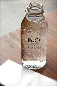 H2Oボトルに入った水