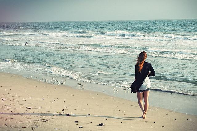 海辺 女性歩く