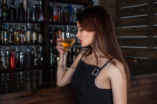 ワインを飲んでいる女性