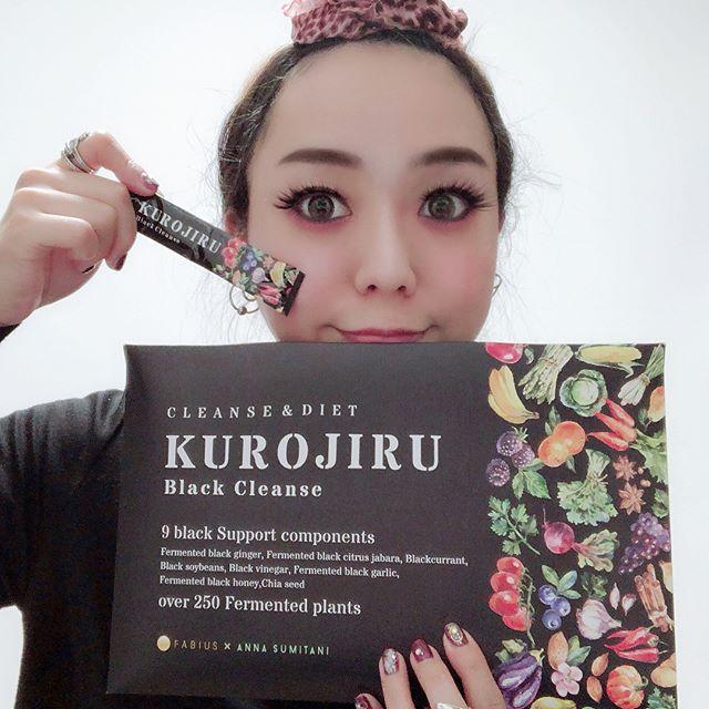 黒汁(KUROJIRU)の感想を述べる女性