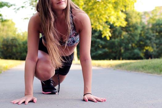 ダイエット・運動する若い女性