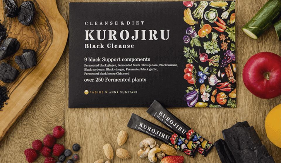 木のテーブルに置かれた黒汁(KUROJIRU)