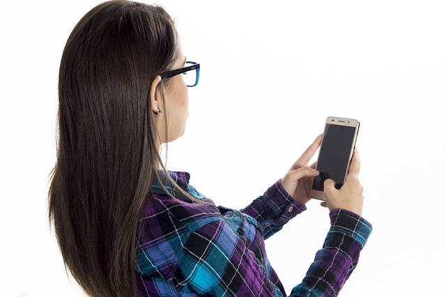 携帯を見ている女性