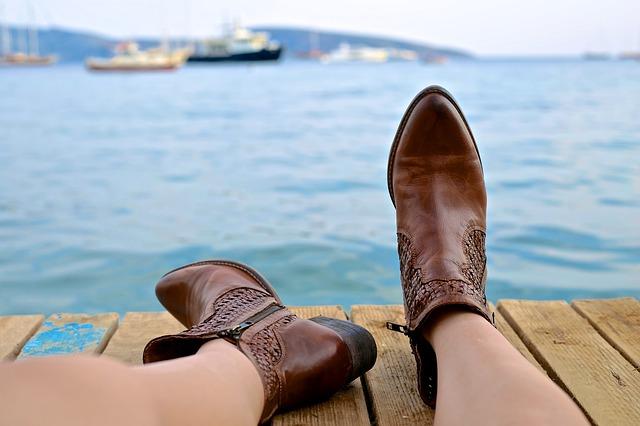 ブーツを履いている女性