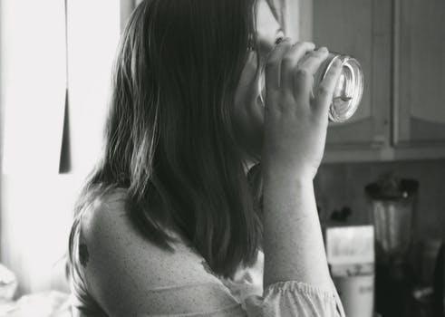 お水を飲む女性
