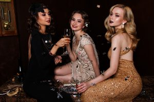 ドレスアップパーティー中の3名の女性