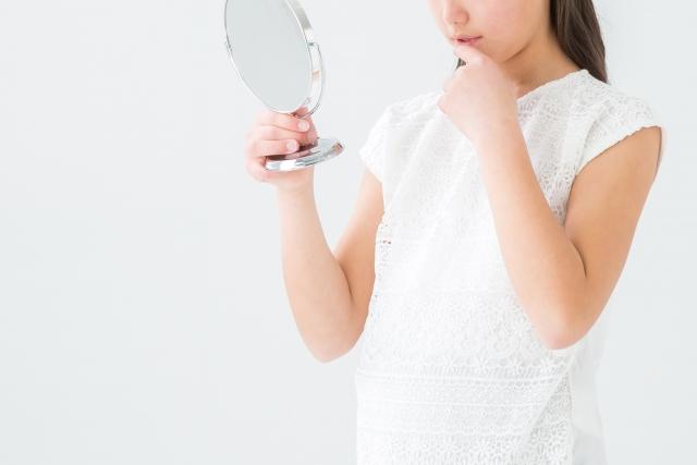鏡を観る女性